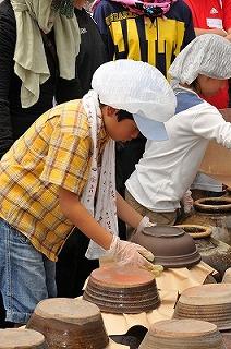 発酵途中の黒酢はとてもデリケート